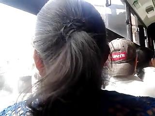 METIENDO DEDOS CASADA BUS 4 (MARIDO AL LADO)