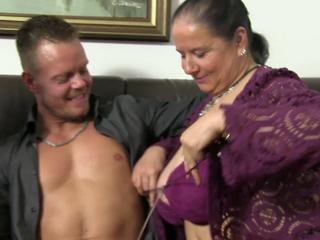 XXX Omas - Reife Paare treiben es auf der Couch - German Porn
