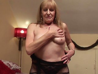 Dynamic matured old bitch displaying her sex haunches during the time that drilling her cum-hole with toy