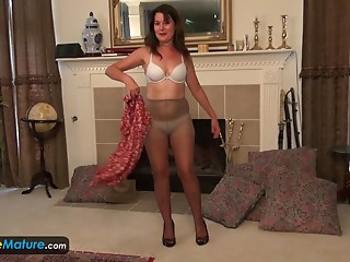 Pleasant aged Lori sex tools and fingers