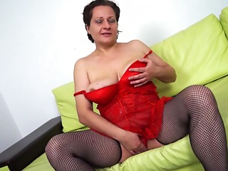 Curvaceous housewife masturbates her beaver like in the older days