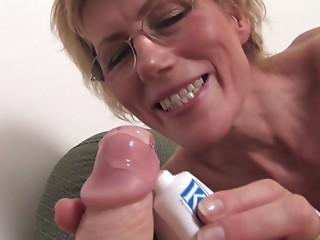 Old slut muff stretches around a marital-device as that babe bonks it