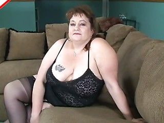 Chunky mature lady goes down on a ebony 10-Pounder with excitement