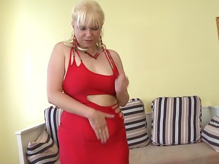Pretty golden-haired with plenty of experience is enjoying her sex session