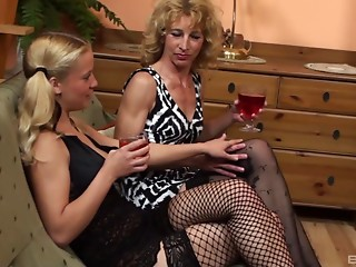 Experienced lady is getting a vagina licking from the small playgirl