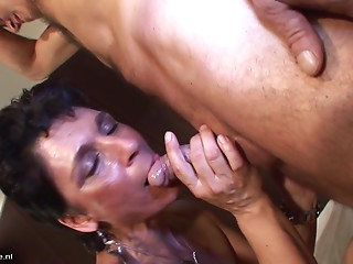 Banging her mature twat with his mature 10-Pounder in the hotel room