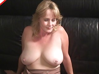 MILF invites a chap over so this babe can give him a hawt fellatio