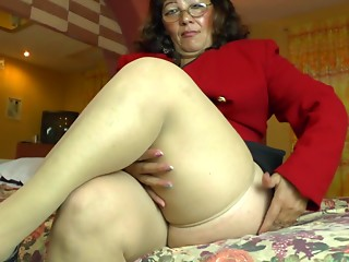 BBW pushes a sex tool against her love button until this babe creams