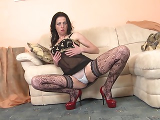 Andra is one of these cougars who still love to masturbate the pussy!