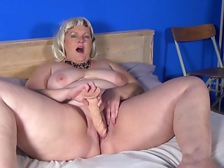 Bulky beauty with large abdomen rolls fills her cookie with a sextoy