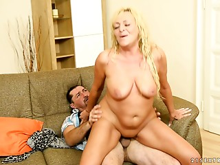 Plump old slut makes a arse call to receive drilled