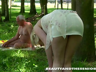 This babe discovered a in nature's garb guy to have a fun engulf and take up with the tongue in garden